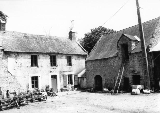 Le vieux manoir (à gauche) en 1985 (Photo J. Bourgeon)
